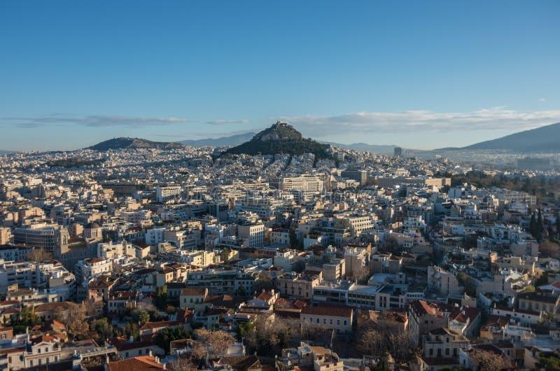Panorama da cidade de Atenas com o monte de Lycabettus do monte da acrópole fotos de stock royalty free