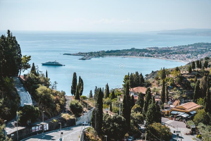 Panorama da cidade de Giardini Naxos em Sicília, Itália Vista da cidade de Taormina fotografia de stock royalty free