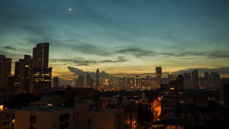 Panorama da cidade de Manila com arranha-céus cedo na manhã imagem de stock