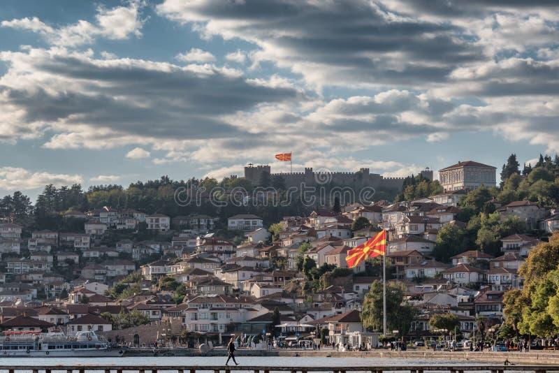 Panorama da cidade de Ohrid com forte e bandeiras em Macedônia imagens de stock royalty free