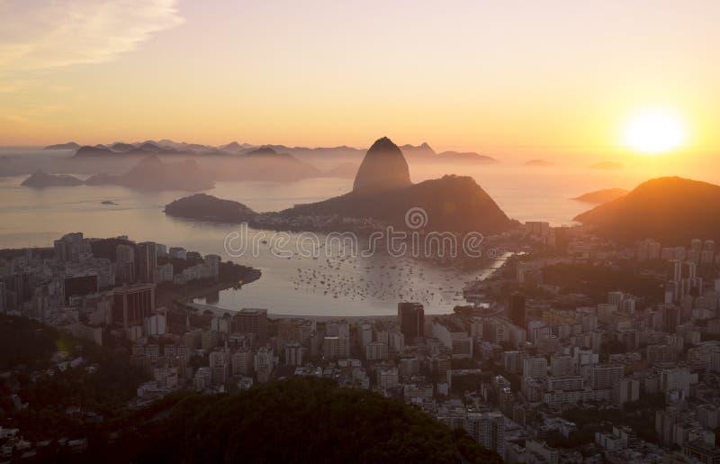 Panorama da cidade de Rio de janeiro e da montanha de Sugarloaf, Brasil imagem de stock royalty free