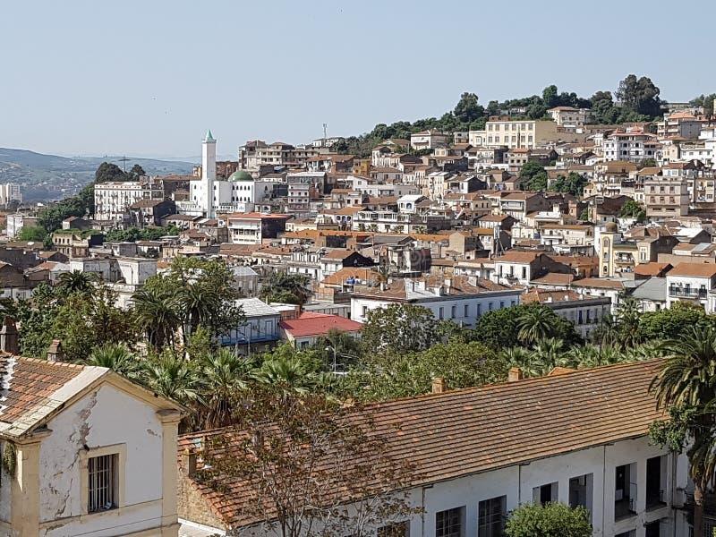 Panorama da cidade de Skikda espalhou-se nas colinas da costa mediterrânica Argélia 28 de abril de 2018 fotos de stock