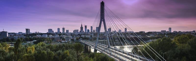 Panorama da cidade de Varsóvia no tempo do crepúsculo fotografia de stock royalty free
