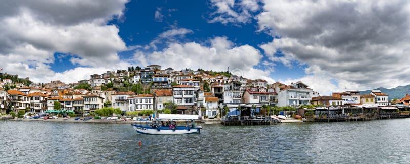Panorama da cidade, do lago e do barco de Ohrid tomando o turista no passeio panorâmico da excursão fotos de stock royalty free