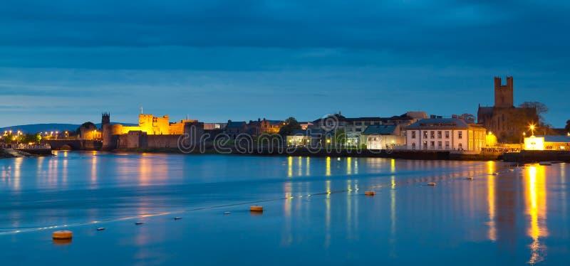 Panorama da cidade do Limerick no crepúsculo fotografia de stock royalty free
