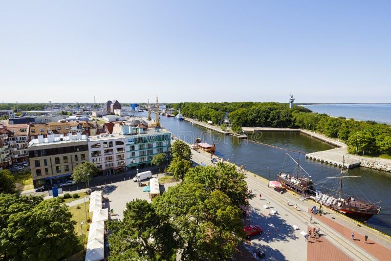Panorama da cidade Kolobrzeg e do canal do porto fotografia de stock