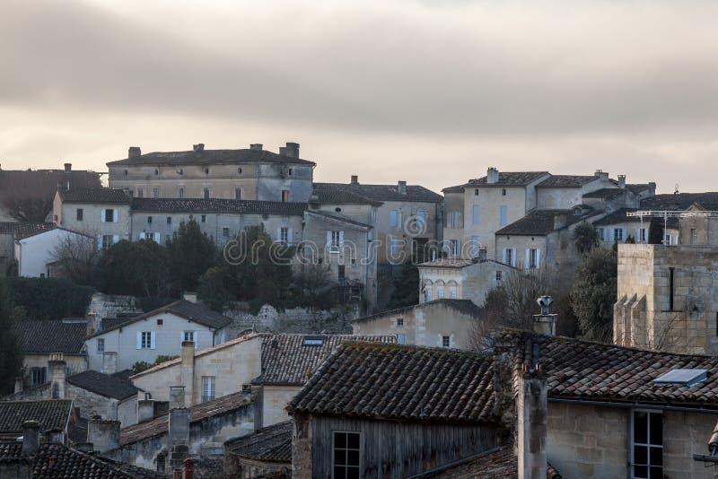Panorama da cidade medieval de Saint Emilion, França com as casas do sudoeste tradicionais típicas de Aquitaine fotos de stock royalty free