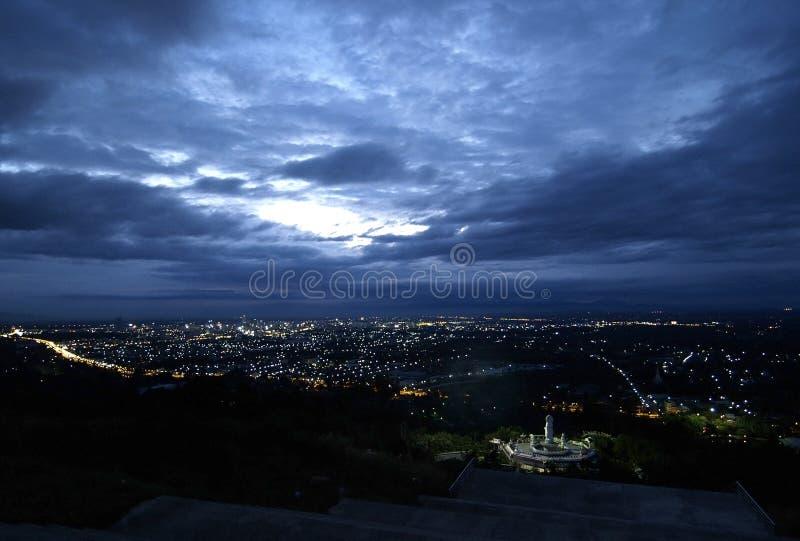Panorama da cidade na noite foto de stock
