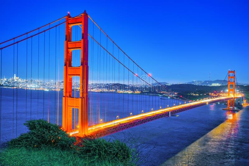 Panorama da cidade na noite, Califórnia da ponte e do San Francisco da porta do ouro fotos de stock royalty free