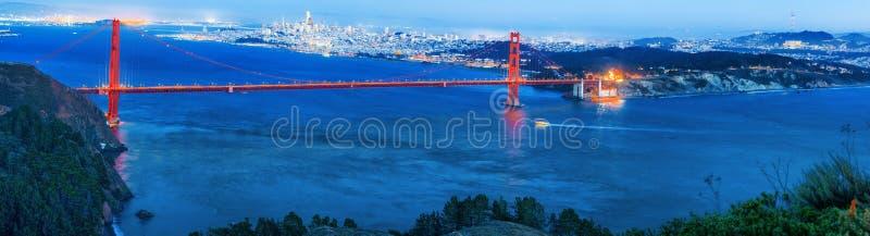 Panorama da cidade na noite, Califórnia da ponte e do San Francisco da porta do ouro foto de stock royalty free