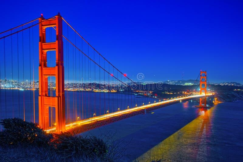 Panorama da cidade na noite, Califórnia da ponte e do San Francisco da porta do ouro fotografia de stock