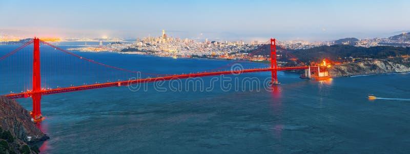 Panorama da cidade na noite, Califórnia da ponte e do San Francisco da porta do ouro fotos de stock