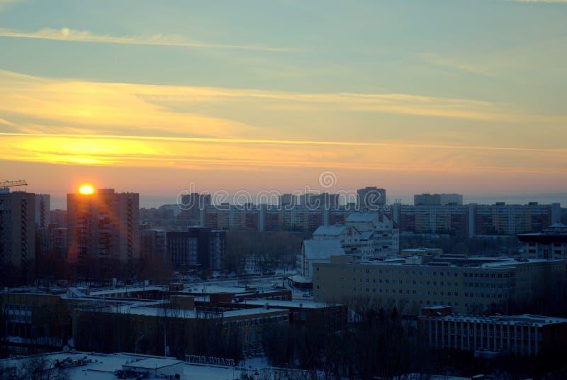 Panorama da cidade no fundo de um por do sol brilhante de janeiro imagens de stock