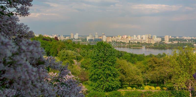 Panorama da cidade que negligencia o Dnieper kiev fotografia de stock