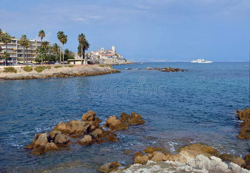 Panorama da cidade velha de Antibes e de França mediterrâneo imagens de stock royalty free