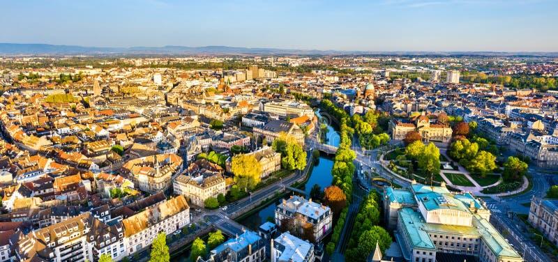 Panorama da cidade velha de Strasbourg com o canal du Falso-Rempart, França imagens de stock