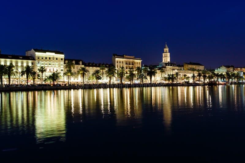 Panorama da cidade velha do Split na noite imagem de stock royalty free