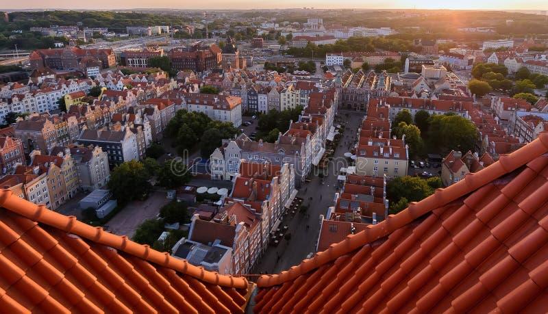 Panorama da cidade velha durante o por do sol no Polônia de Gdansk fotografia de stock royalty free