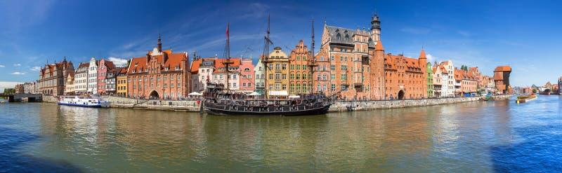 Panorama da cidade velha em Gdansk com o guindaste portuário histórico refletido no rio de Motlawa, Polônia fotos de stock