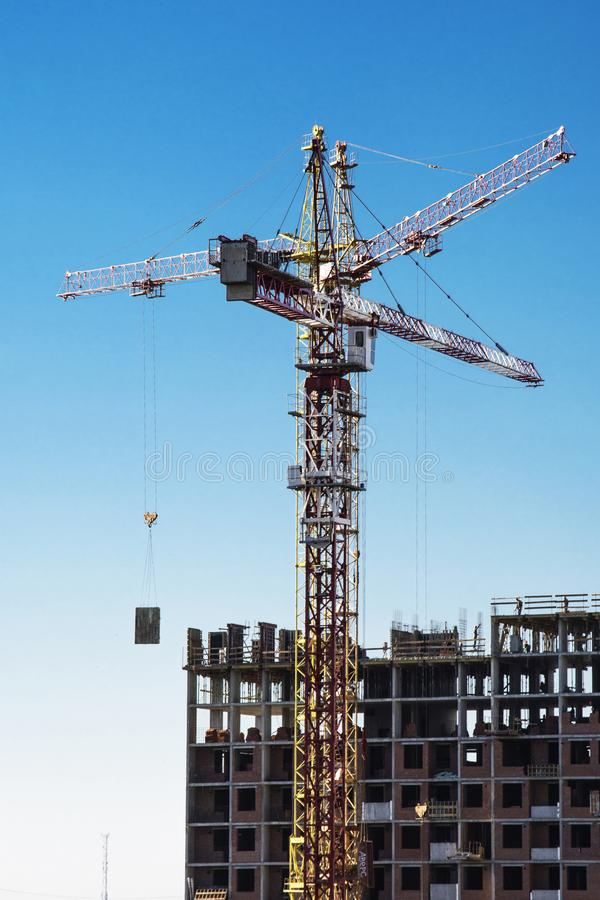 Panorama da construção no fundo do céu azul fotografia de stock