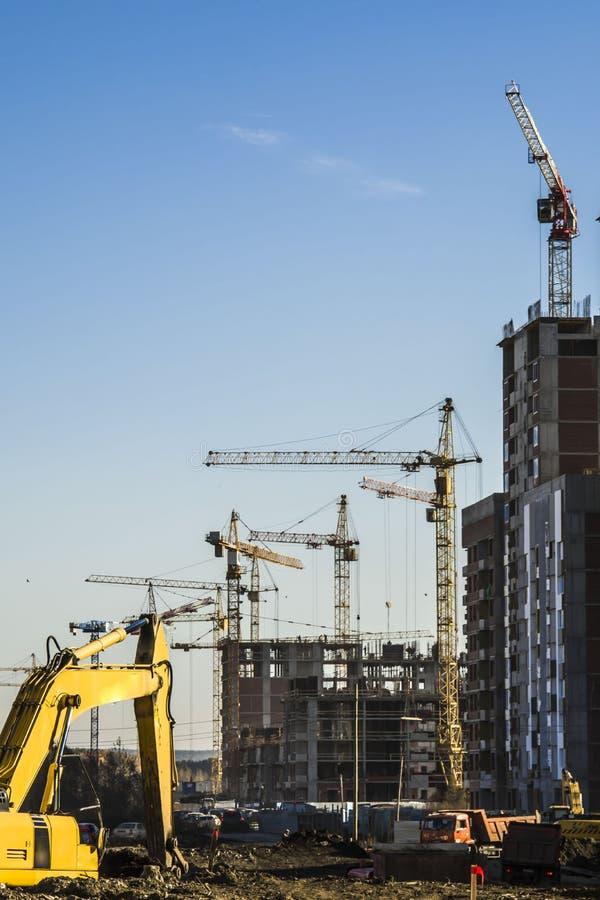 Panorama da construção no fundo do céu azul imagens de stock