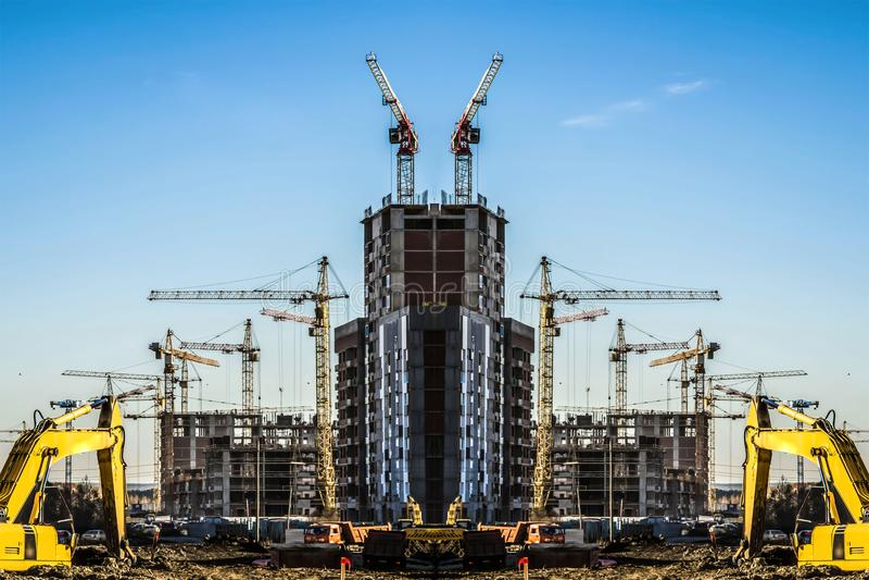 Panorama da construção no fundo do céu azul fotos de stock royalty free
