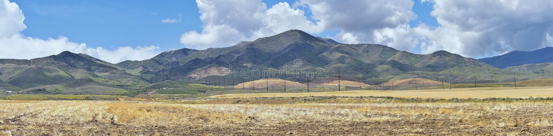 Panorama da cordilheira de Oquirrh que inclui Bingham Canyon Mine ou a mina de cobre de Kennecott, espalhado boatos o poço aberto fotos de stock royalty free