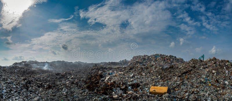 Panorama da descarga de lixo completamente da maca, de garrafas plásticas e do outro lixo na ilha de Thilafushi foto de stock royalty free