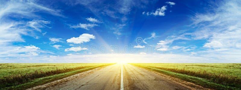 Panorama da estrada do verão da manhã fotos de stock royalty free