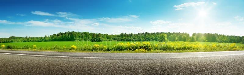 Panorama da estrada no dia de mola ensolarado imagem de stock