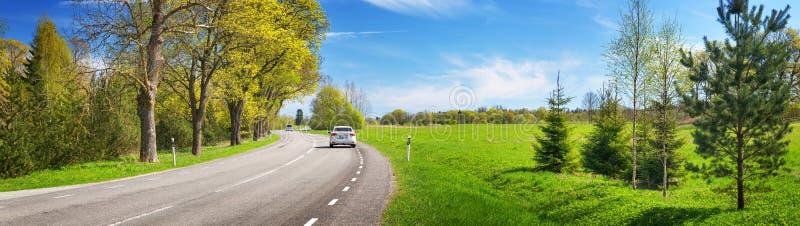Panorama da estrada no dia de verão ensolarado fotos de stock