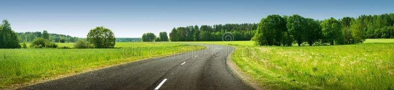 Panorama da estrada no dia de verão ensolarado foto de stock royalty free