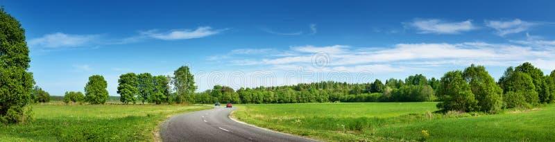 Panorama da estrada no dia de verão ensolarado imagens de stock