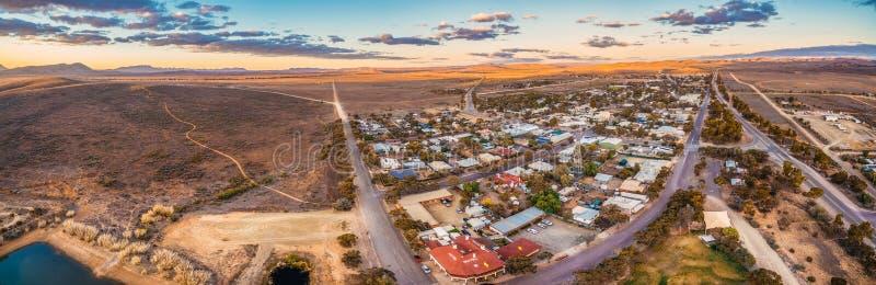 Panorama da estrada rural que passa através do vendedor ambulante foto de stock