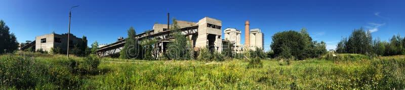 Panorama da fábrica abandonada, fundo industrial imagem de stock