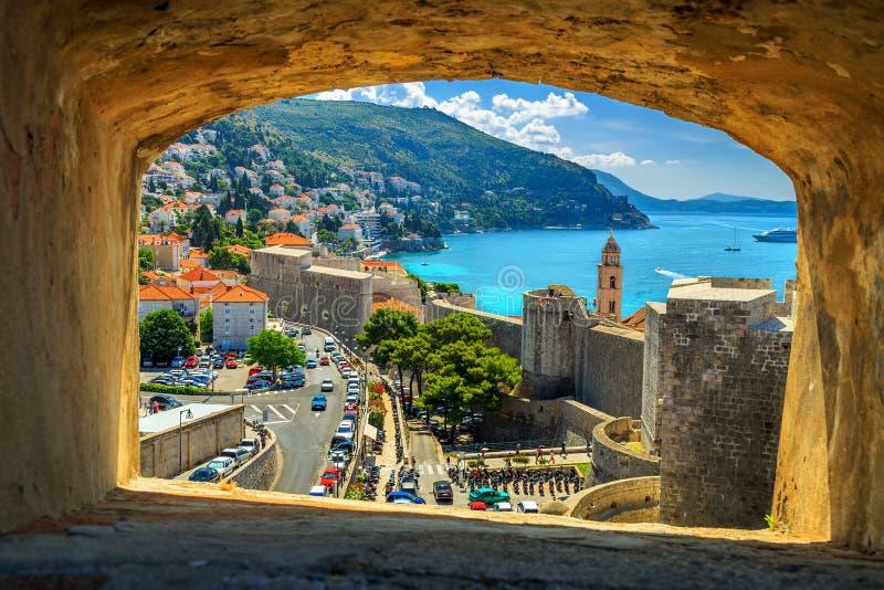 Panorama da fortaleza de Dubrovnik com o mar das paredes da cidade, Croácia foto de stock royalty free