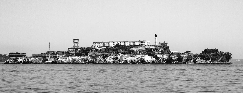 Panorama da ilha de Alcatraz com construção famosa da prisão, San Francisco, EUA Imagem preto e branco fotos de stock royalty free