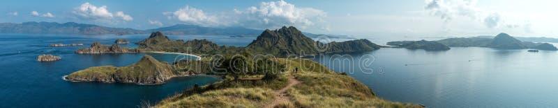 Panorama da ilha de Padar e de oceano circunvizinho no parque nacional de Komodo, Indonésia - um destino popular do turista fotos de stock royalty free