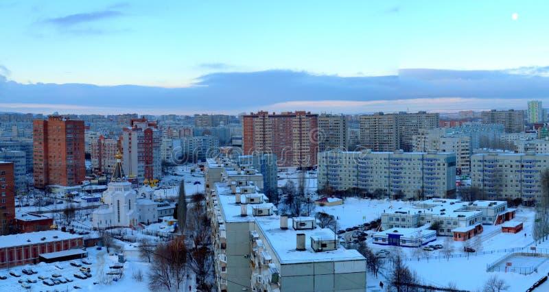 Panorama da manhã da cidade de Togliatti que negligencia a igreja de Duke Alexander Nevsky grande santamente imagem de stock royalty free