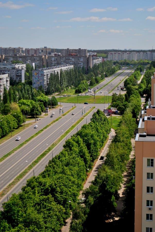 Panorama da manhã da cidade greening nos raios do sol que negligencia a rua de Sverdlov foto de stock
