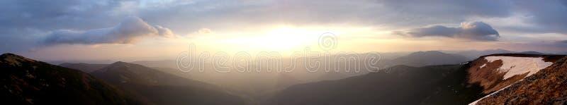 Panorama da manhã das montanhas fotos de stock