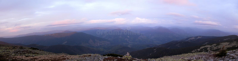 Panorama da manhã das montanhas foto de stock