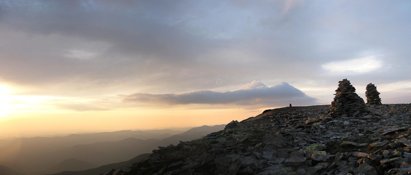 Panorama da manhã das montanhas imagens de stock