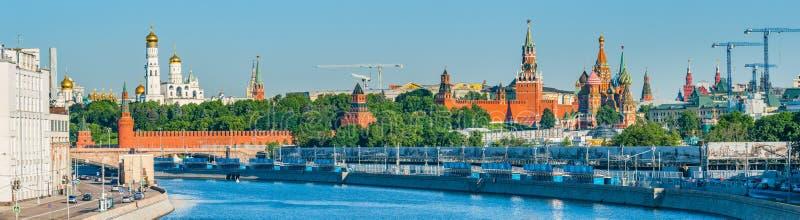 Panorama da manhã do verão do Kremlin de Moscou fotos de stock royalty free