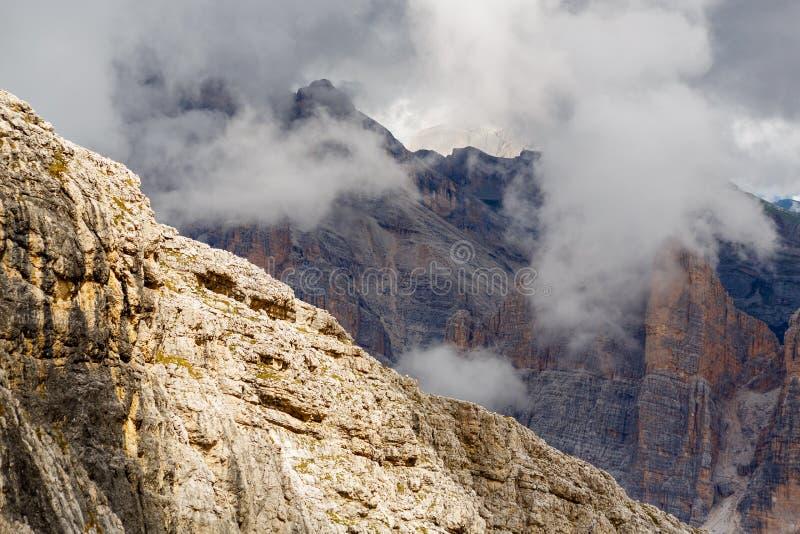 Panorama da montanha de Lagazuoi em cumes italianos fotos de stock royalty free