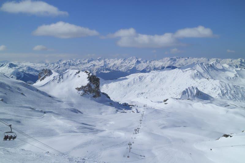 Panorama da montanha do inverno com inclinações do esqui imagem de stock royalty free