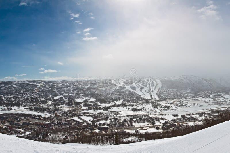 Panorama da montanha do inverno com rotas do esqui imagem de stock