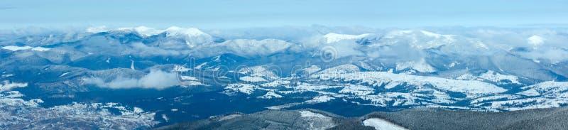 Panorama da montanha do inverno da manhã. fotos de stock royalty free