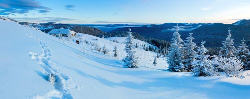 Panorama da montanha do inverno da manhã (Carpathian, Ucrânia). fotografia de stock royalty free