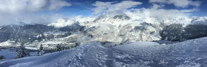 Panorama da montanha dos cumes da neve, capturado em Bormio, Itália fotografia de stock